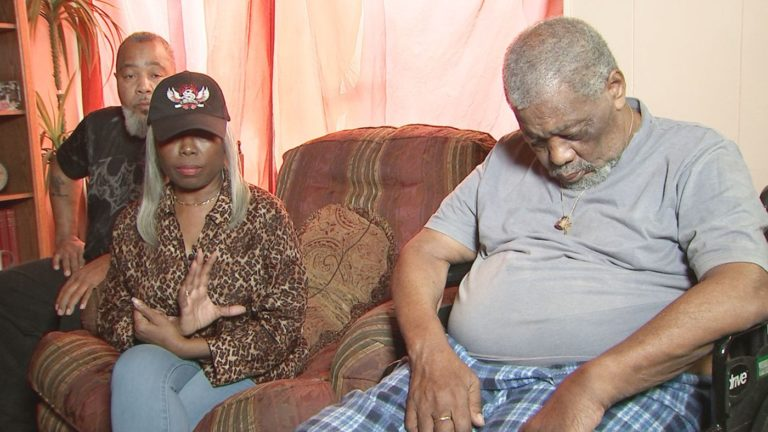 Anciano botado de centro de salud pasó horas bajo la lluvia