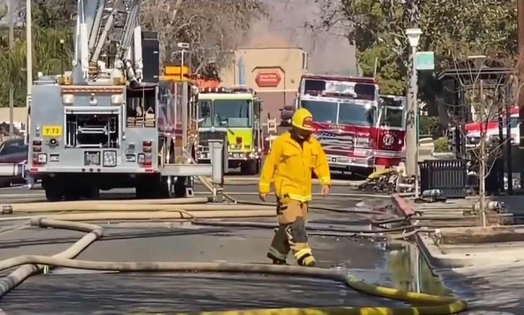 Dos bomberos mueren en incendio de una biblioteca