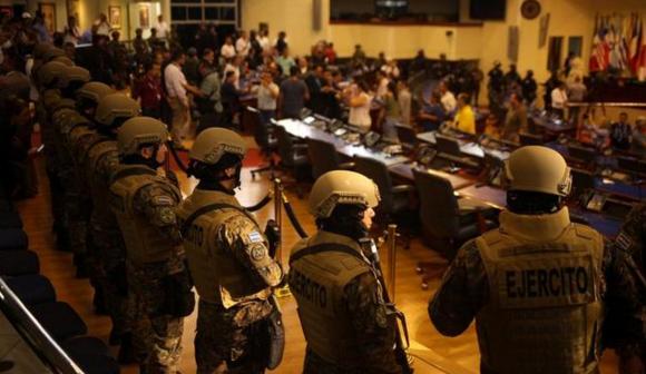 Efectivos armados ocupan Congreso de El Salvador