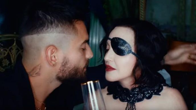 ¡Sin pudor! Madonna le lame los pies a Maluma