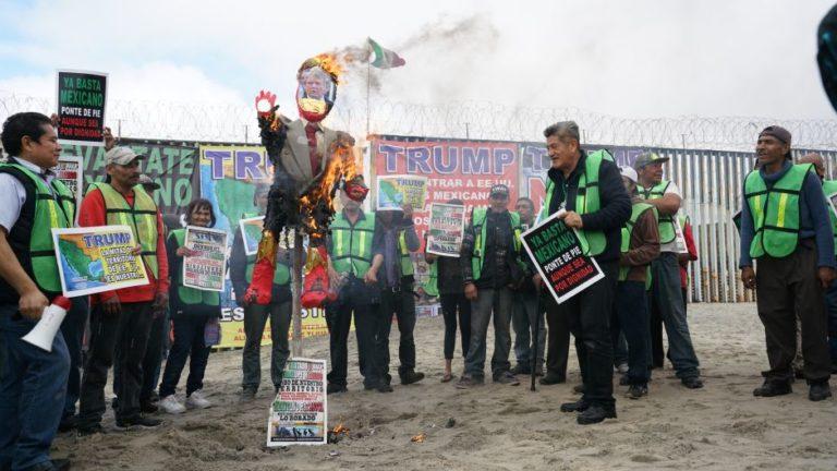 Quemaron piñata de Trump en la frontera