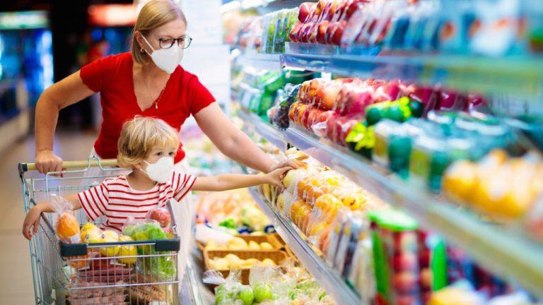 Familias afectadas por cierre de escuelas reciben ayuda para comprar alimentos