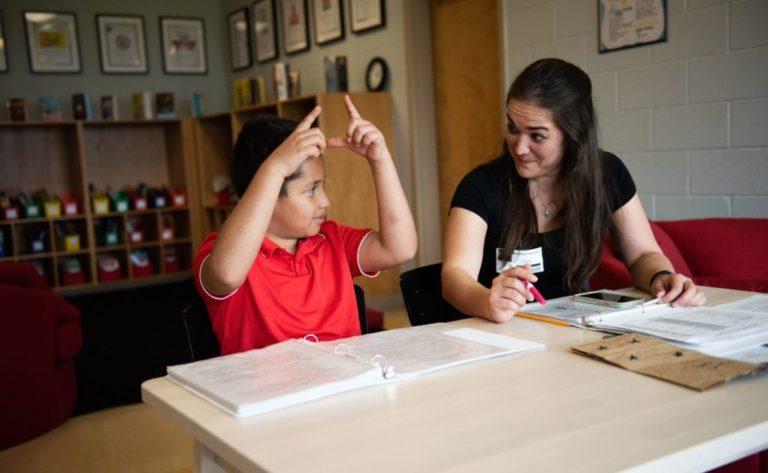 Organización ayuda a estudiantes a mejorar lectura durante COVID-19