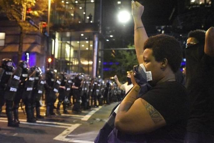 ACLU: Toques de queda extendidos violan la Primera Enmienda