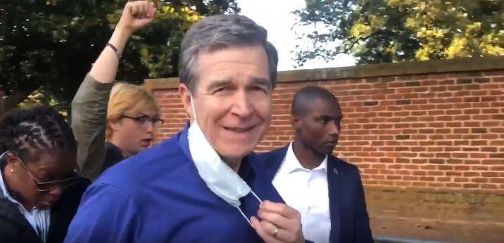 Cooper salió de la Executive Mansion y saludó a manifestantes
