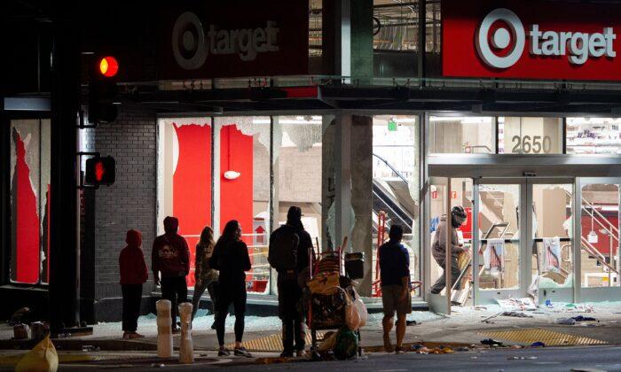 Tiendas cierran en varias ciudades por temor ante disturbios y saqueos