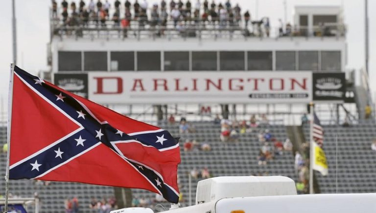 NASCAR prohíbe exhibición de bandera confederada en sus competiciones