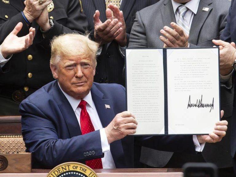 Trump firma orden para elevar estándares policiales en medio de protestas