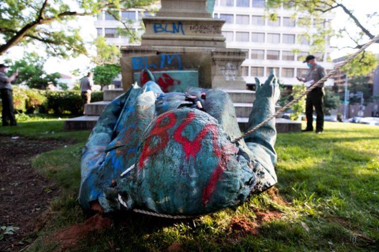 Trump pide 10 años de prisión para quienes derriben estatuas