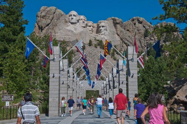 Trump planea evento masivo en Dakota del Sur mientras estados frenan reapertura