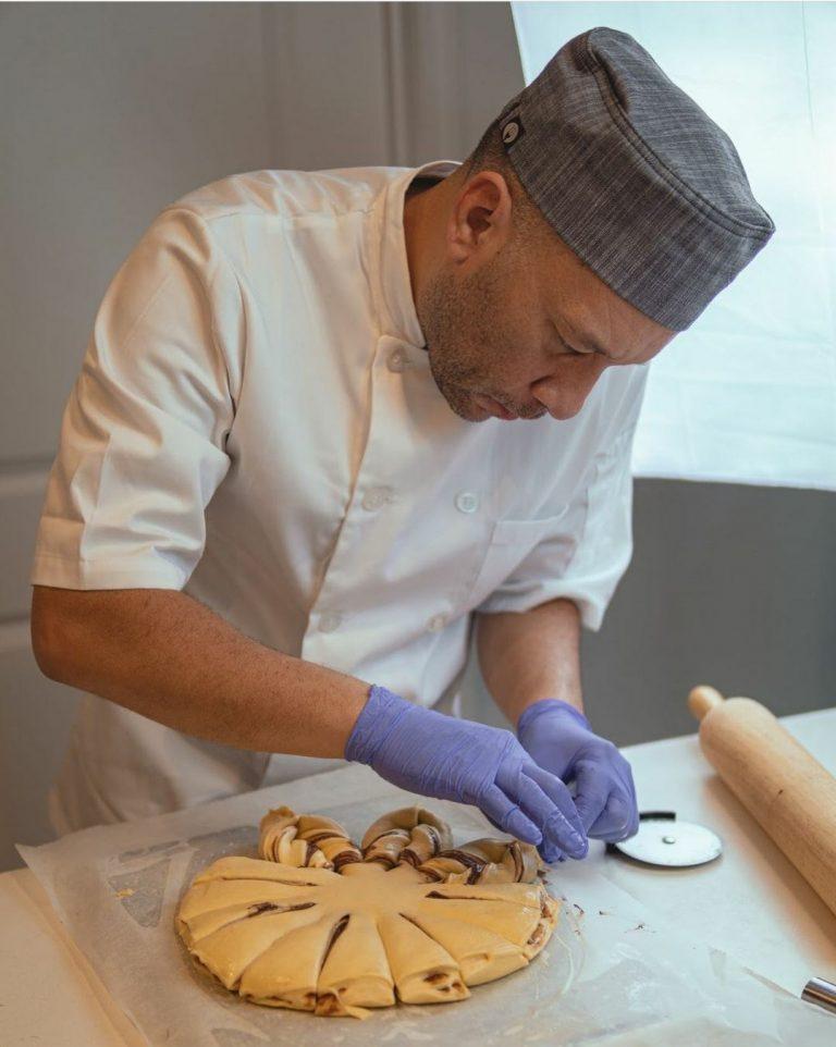 Pasó de ser policía a hacer panes y al emigrar pudo continuar su proyecto