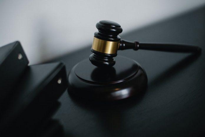 Juez federal pone freno indefinido a suspensión de deportaciones