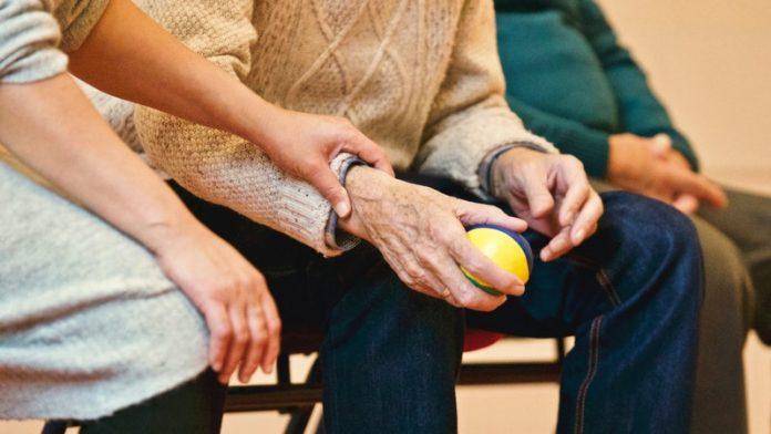 Casos de COVID-19 han disminuido rápidamente en centros de atención a largo plazo
