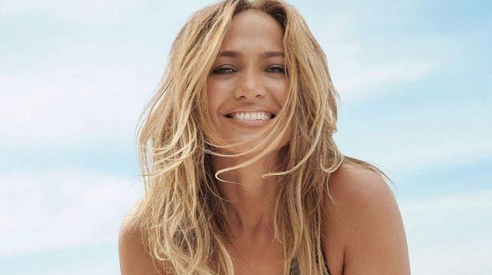 Jennifer López espléndida en sesión de fotos en la playa