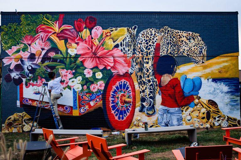 Pinta murales y refleja su arte en algunas paredes de Charlotte