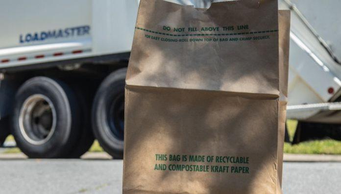 Eliminando fundas plásticas en recogida de residuos de jardín