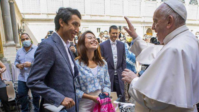 Egan Bernal regala una Piranello F12 al papa
