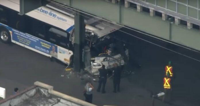 Autobús choca contra columna del metro en NY