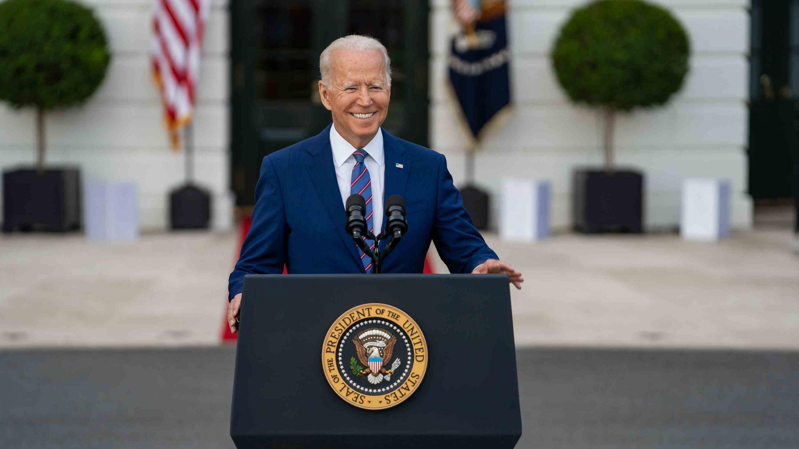 Biden promete que 160 millones de estadounidenses vacunados