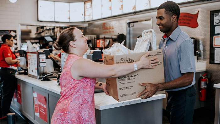Chick-fil-A Shared Table comparte comida de restaurantes con personas necesitadas