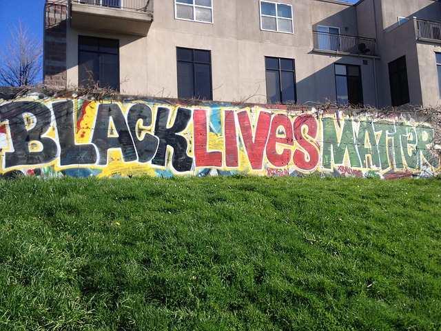 ¿Crimen de odio Untaron heces en letrero de Black Lives Matter