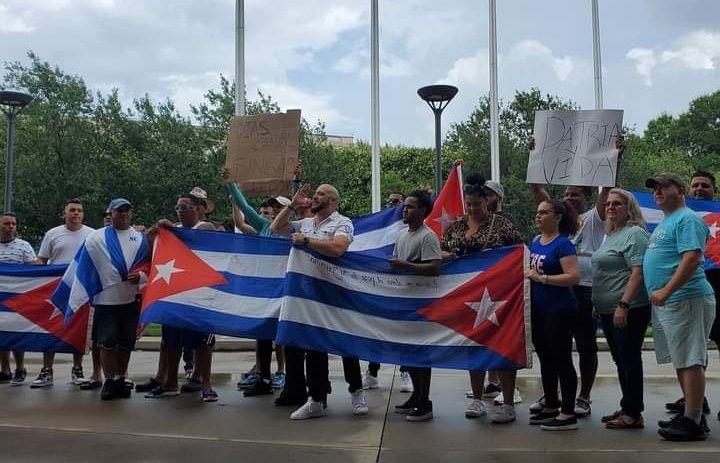 Cubanos en Charlotte también protestan contra el régimen de la isla