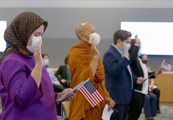 DHS publica estrategia promoviendo la Naturalización