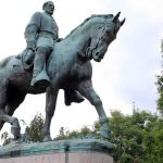 Remueven estatua del general Robert Lee en Charlottesville (2)