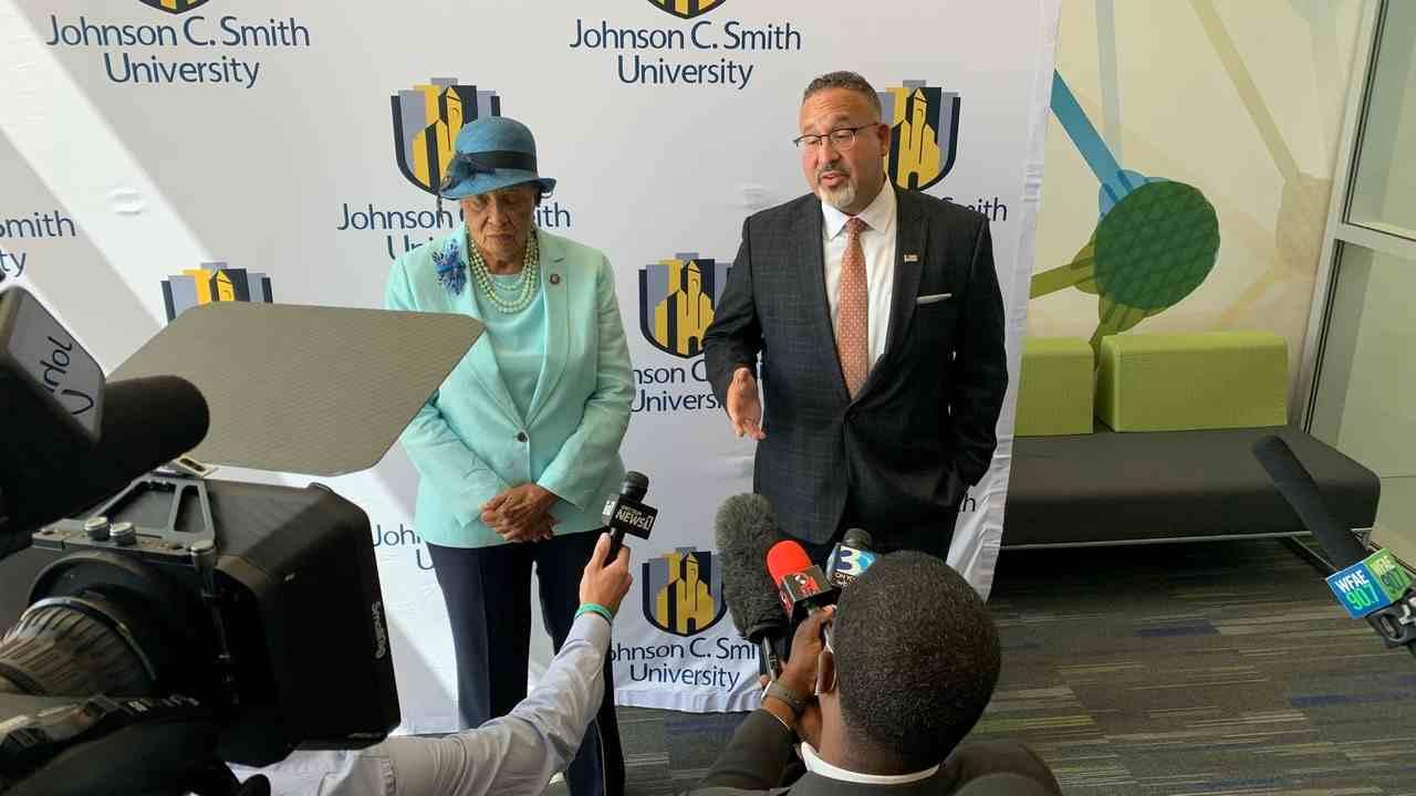 Secretario de Educación y representante de NC en la Universidad Johnson C. Smith