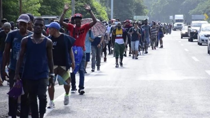 Caravana de migrantes parte del sur de México rumbo a EE. UU