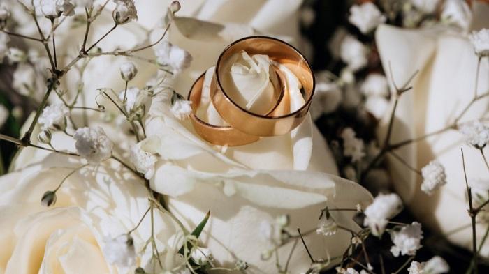 Roy Cooper firma la ley de cambio de edad en jóvenes para casarse