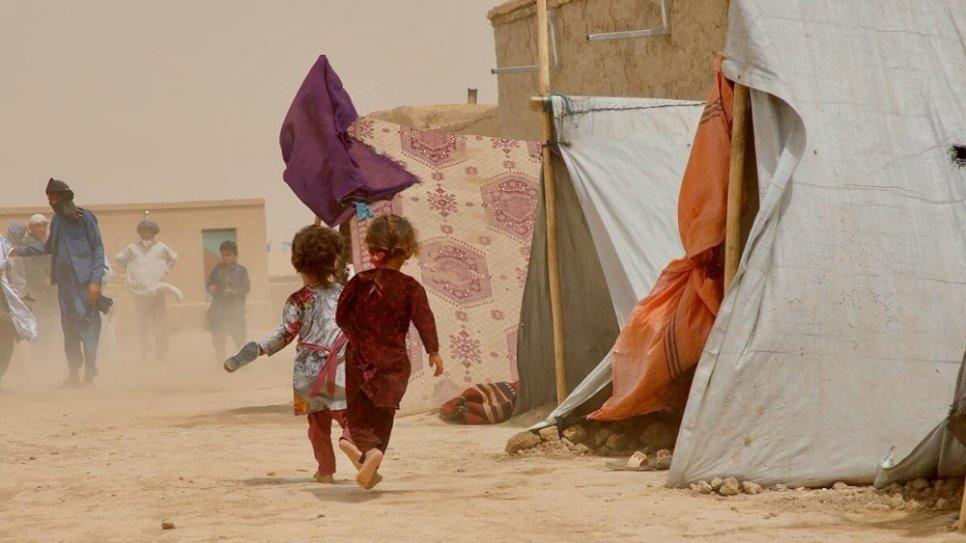 Niños afganos en refugios