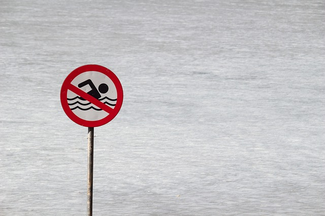 Alerta a bañistas Bombean agua de inundaciones a Oak Island