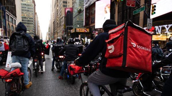 Aprueban salario mínimo a repartidores en New York