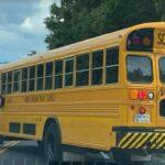 Arrestado hombre que subió a autobús escolar y regañó a los niños
