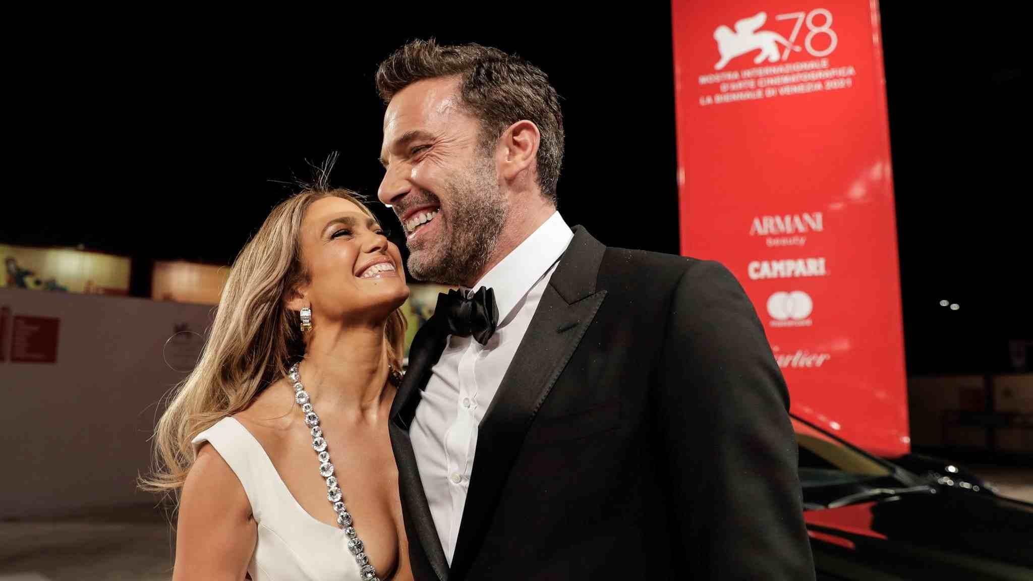 Ben Affleck y Jennifer López de la mano por la alfombra roja de Venecia