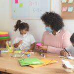 Clases avanzan en escuelas en medio de repunte de COVID-19