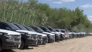 Greg Abbott construyó muro de vehículos para evitar cruce de inmigrantes