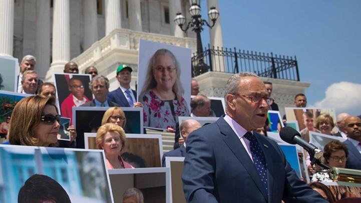 Líder demócrata Chuck Schumer pide a Biden frenar la deportación de haitianos