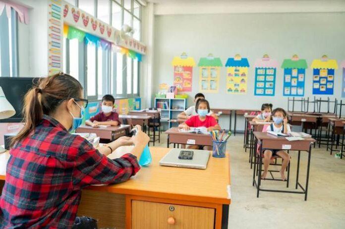 Personal de escuelas corre riesgo de despido si incumple nueva política anticovid