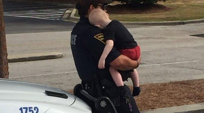 Policía rescata a bebé de un automóvil mientras sus padres sufrían sobredosis