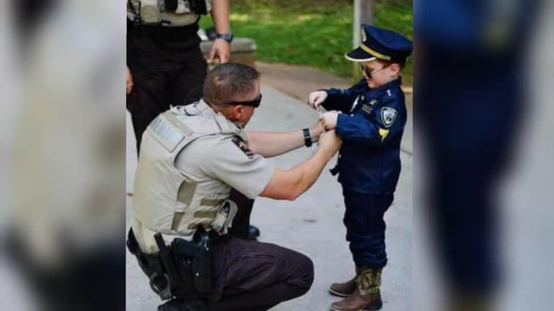 Policías cumplen el sueño de un niño y asisten a su fiesta de 5 años
