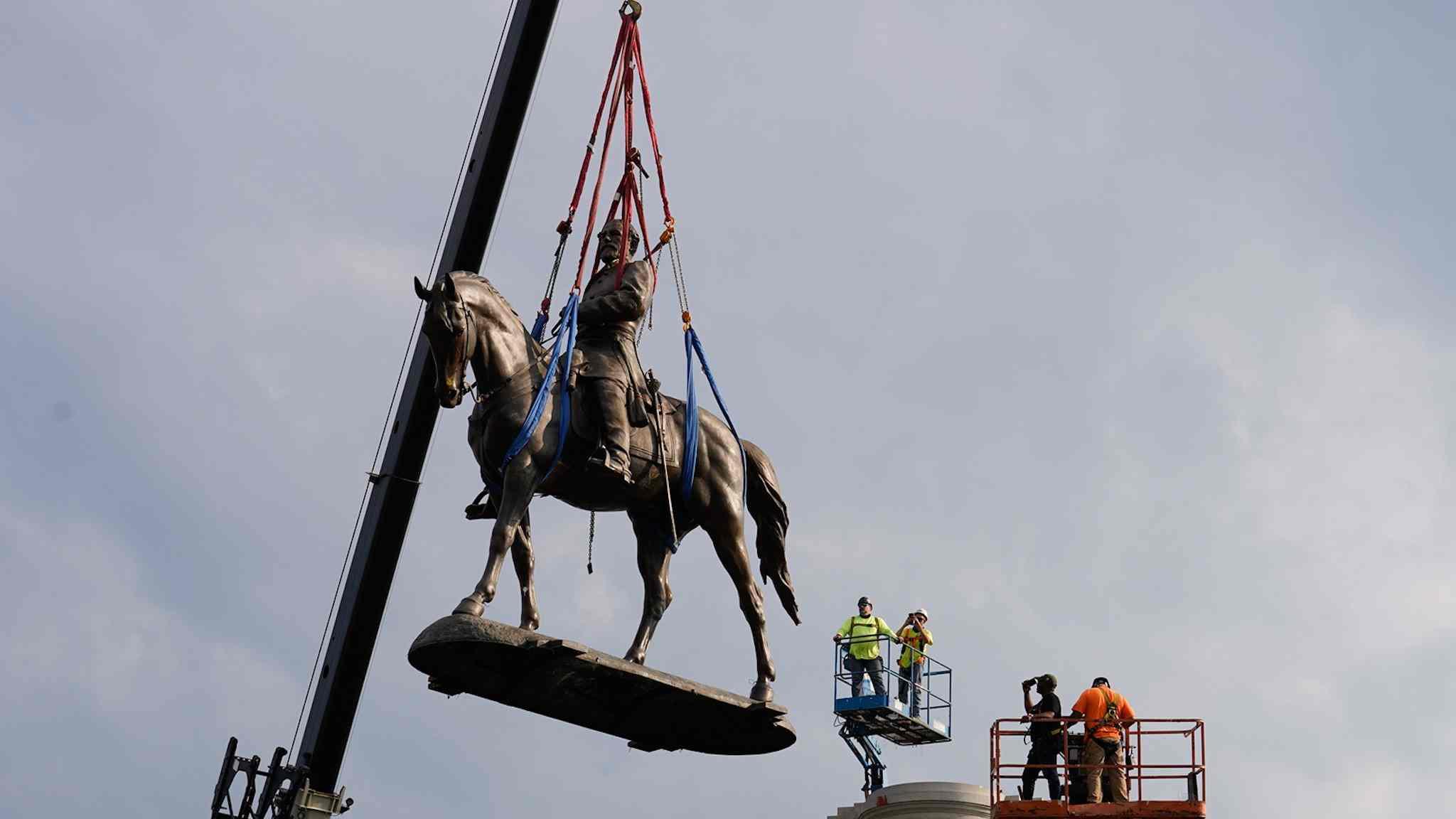 Retiraron la enorme estatua de Robert E Lee en Virginia