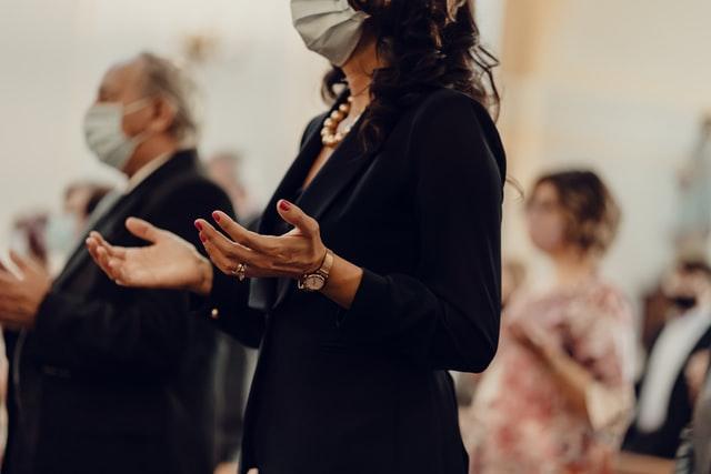 Usar mascarillas en iglesias ahora es obligatorio