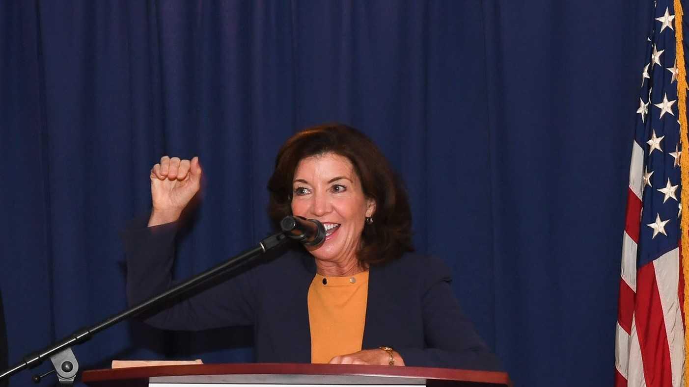 Kathy Hochul protegerá a indocumentados de extorción y amenazas